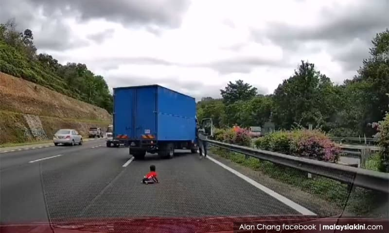 Kanak-kanak tercampak keluar dari kereta ke tengah lebuh raya