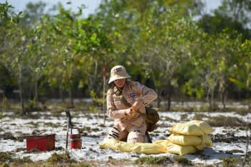 Vietnamese women strive to clear war-era mines
